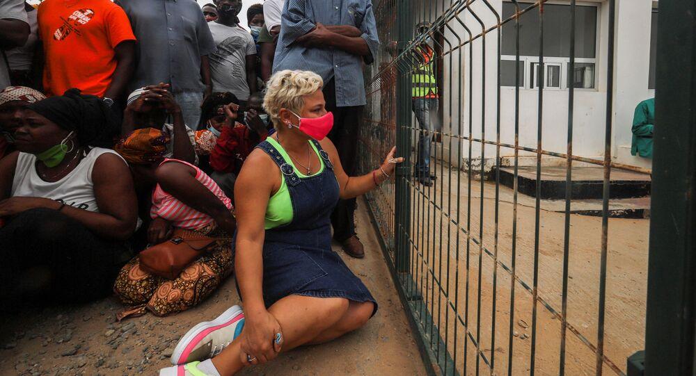 Mulher espera chegada de seu filho a Pemba em barco de evacuados da costa de Palma, Moçambique, 1 de abril de 2021