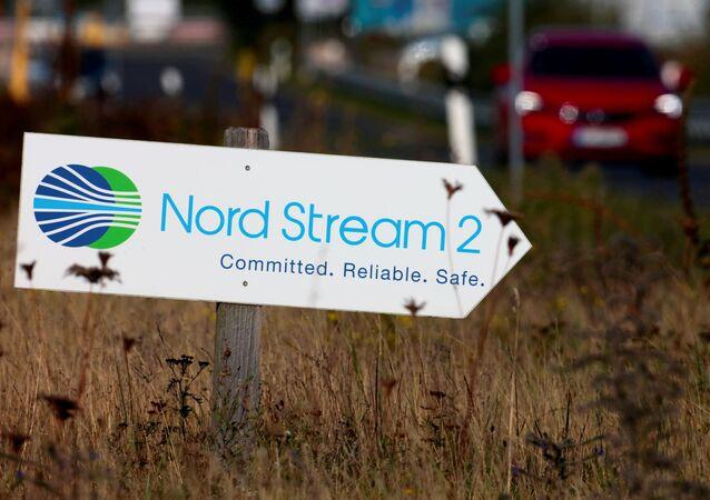 Sinal de trânsito direciona o tráfego para a entrada da instalação de aterramento da linha de gás do Nord Stream 2 em Lubmin, Alemanha. Foto de arquivo