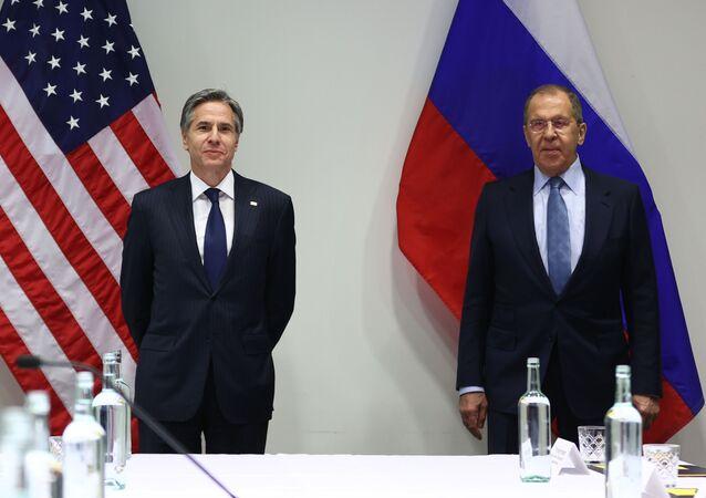 Ministro das Relações Exteriores da Rússia, Sergei Lavrov, e o secretário de Estado dos EUA, Antony Blinken, durante reunião fora do programa do Conselho Ártico em Reykjavik, 19 de maio de 2021