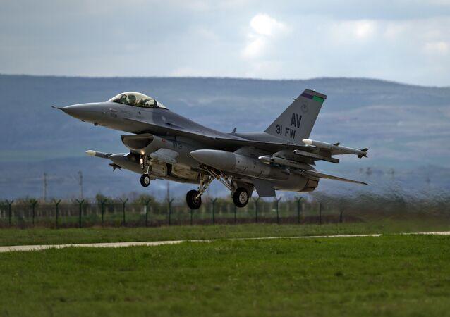 Caça F-16 de fabricação dos EUA na base aérea Campia Turzii, na Romênia (foto de arquivo)