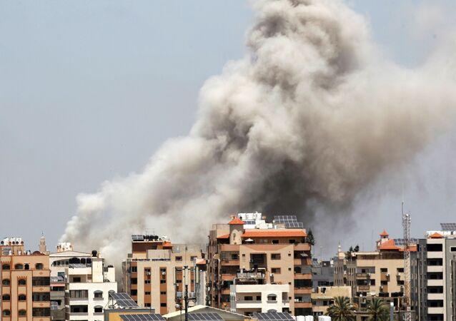 Fumaça sobe durante um ataque aéreo israelense, em meio ao conflito entre a Palestina e Israel na Faixa de Gaza, 20 de maio de 2021