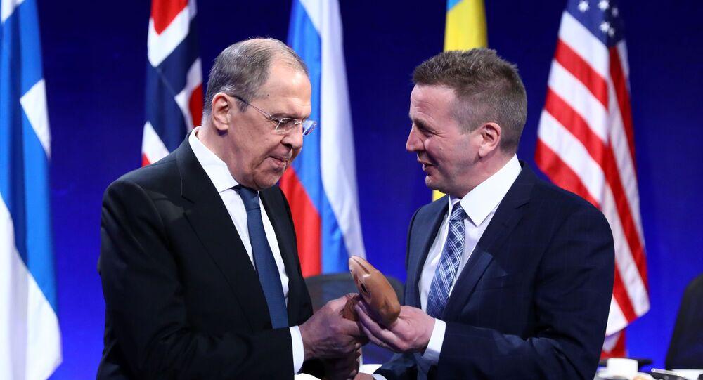 O ministro das Relações Exteriores da Rússia, Sergei Lavrov (à esquerda), e o chanceler islandês, Gudlaugur Thordarson (à direita), durante o Conselho do Ártico em Reykjavik, na Islândia