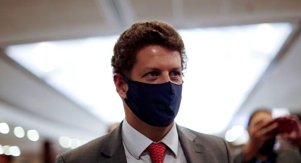 O Ministro do Meio Ambiente do Brasil, Ricardo Salles, caminha antes de uma entrevista coletiva em Brasília, no dia 19 de maio de 2021