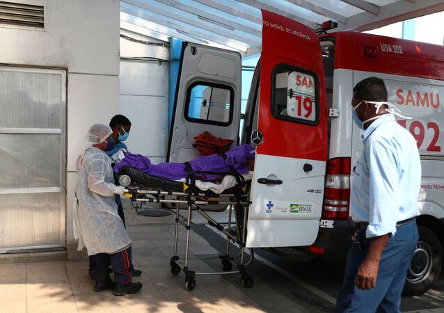 Paciente com coronavírus chega no hospital São José, em Duque de Caxias, no Rio de Janeiro