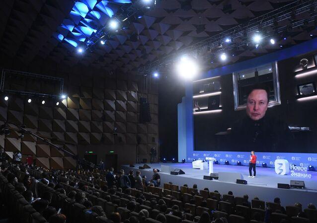 Elon Musk fala durante evento educacional Maratona Novo Conhecimento, que decorre em diversas cidades russas, entre elas Moscou, São Petersburgo, Sochi, Kazan e Nizhny Novgorod