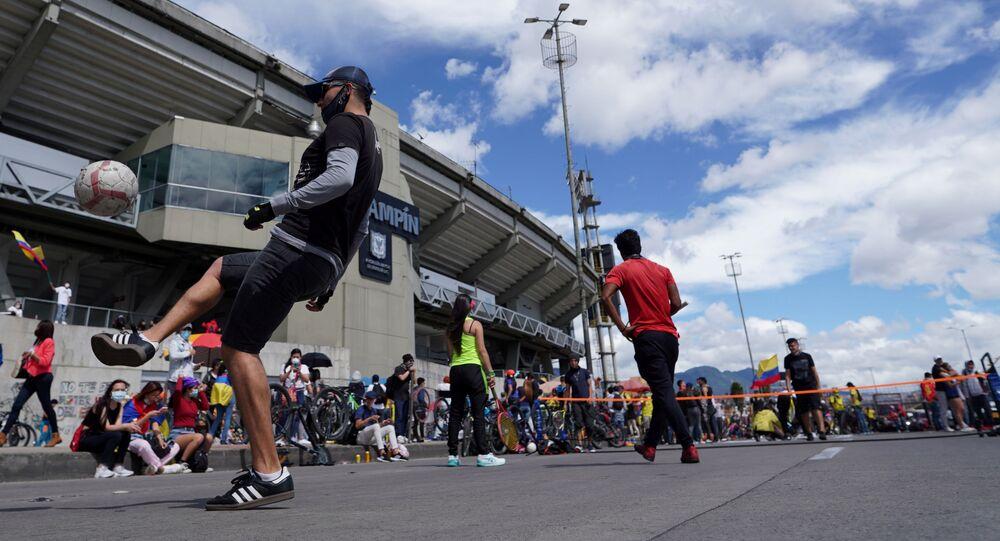Pessoas jogam bola enquanto protestam pelo cancelamento da Copa América 2021 que a Colômbia deveria sediar com Argentina, no estádio El Campín, Bogotá, Colômbia, 19 de maio de 2021