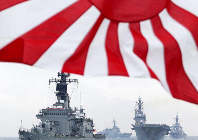 Navio de escolta da Força de Autodefesa Marítima do Japão lidera outras embarcações nas águas de Sagami, ao sul de Tóquio. Foto de arquivo