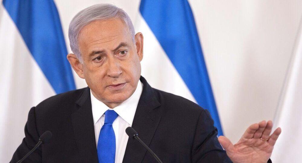 O primeiro-ministro israelense Benjamin Netanyahu gesticula enquanto fala durante entrevista em Tel Aviv, Israel