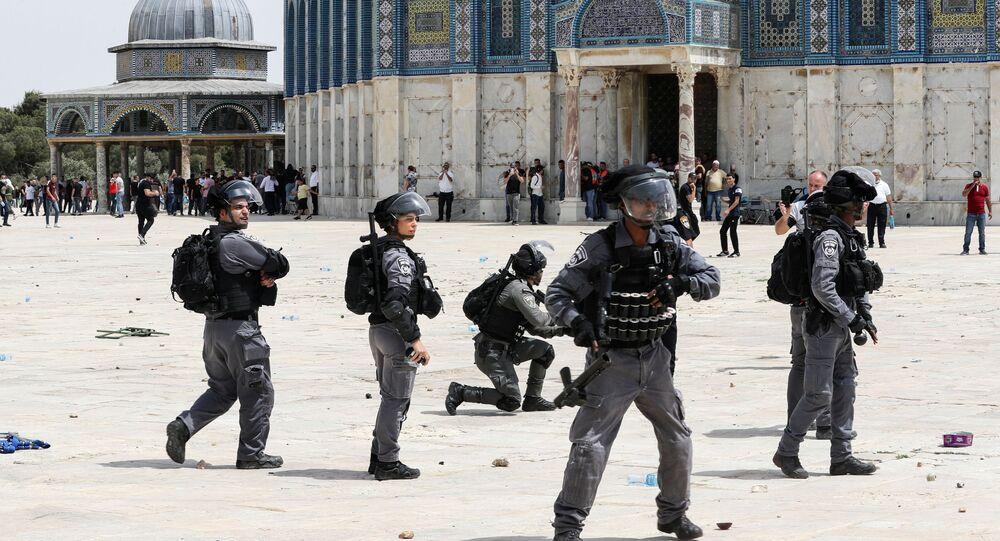 Forças de segurança israelenses durante confrontos com palestinos no complexo perto da mesquita Al-Aqsa, em Jerusalém
