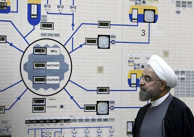 Nesta foto de arquivo de 13 de janeiro de 2015 divulgada pelo Gabinete do Presidente iraniano, o presidente Hassan Rouhani visita a usina nuclear de Bushehr nos arredores de Bushehr, no Irã.