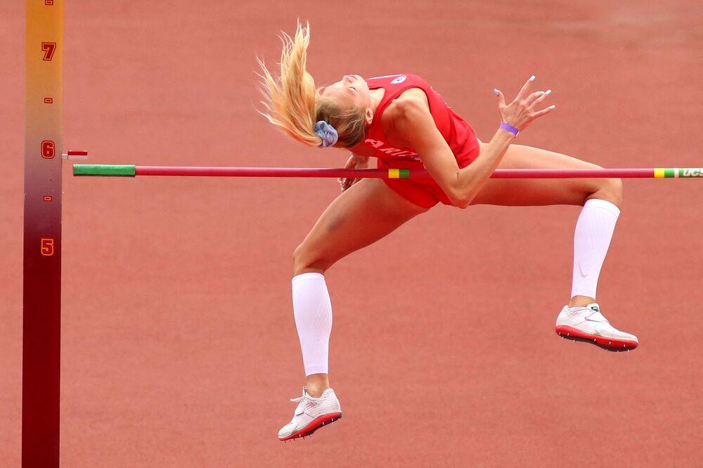 Lillian Lowe derruba a barra na final do salto em altura no campeonato da Universidade da Califórnia, EUA, 16 de maio de 2021