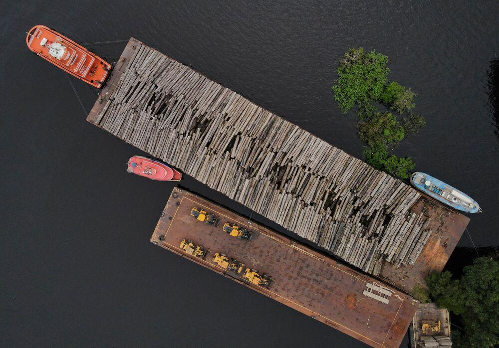 Vista aérea mostra troncos de madeira em balsa na base da Polícia Federal em Manaus, 19 de maio de 2021