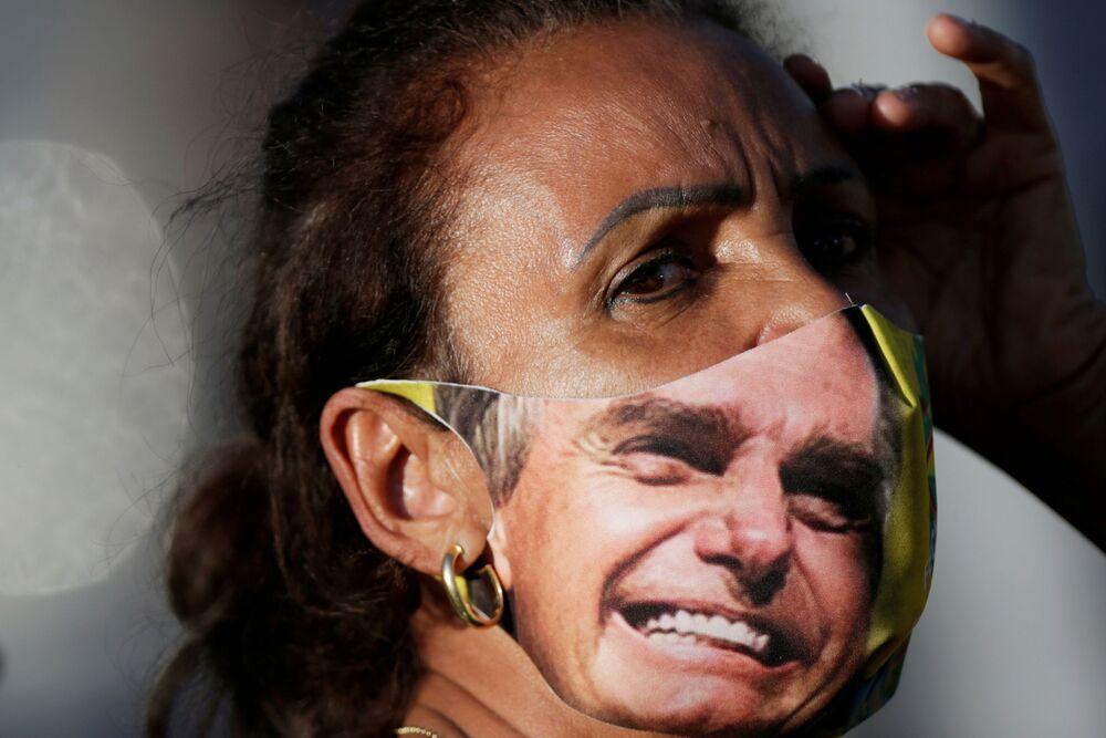 Mulher com máscara durante manifestação de agricultores em apoio ao presidente do país, 15 de maio de 2021