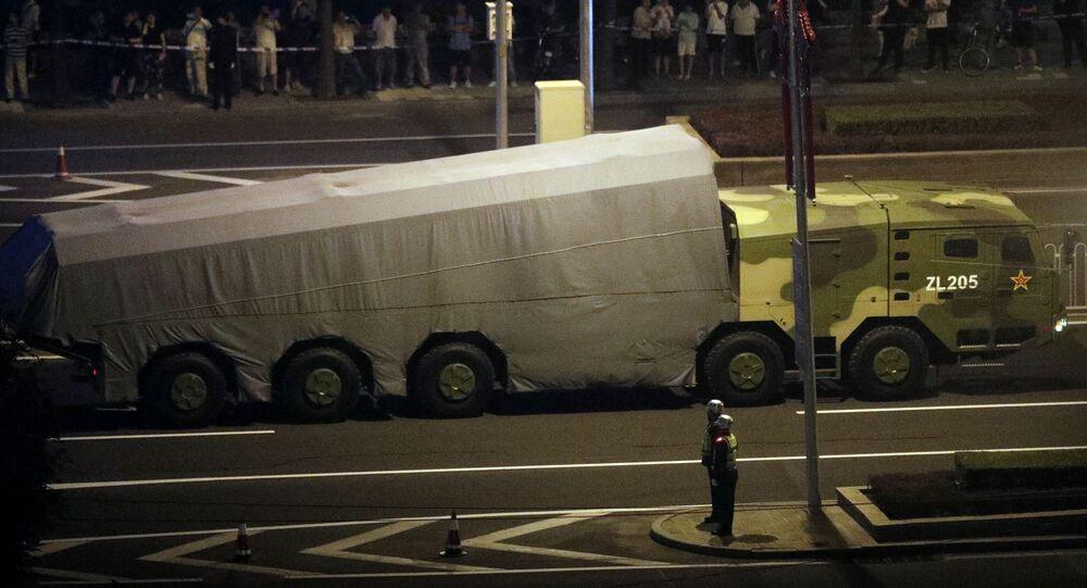 Veículo militar chinês em uma estrada de Pequim