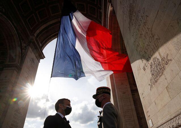 Em Paris, o presidente da França, Emmanuel Macron (à esquerda), cumprimenta o chefe do Estado-Maior francês, o general François Lecointre, em 8 de maio de 2021