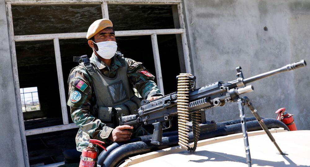 Em Cabul, no Afeganistão, um soldado do Exército afegão patrulha a região em uma veículo militar, em 21 de abril de 2021