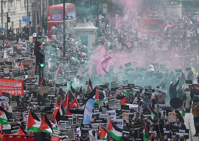 Em Londres, manifestantes protestam contra os bombardeios de Israel na Palestina, em 22 de maio de 2021