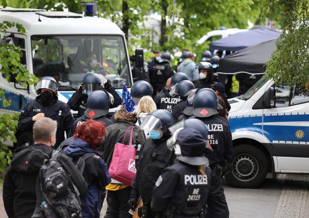 Em Berlim, policias detêm manifestantes contra medidas de restrições sociais em meio à pandemia da COVID-19, em 22 de maio de 2021