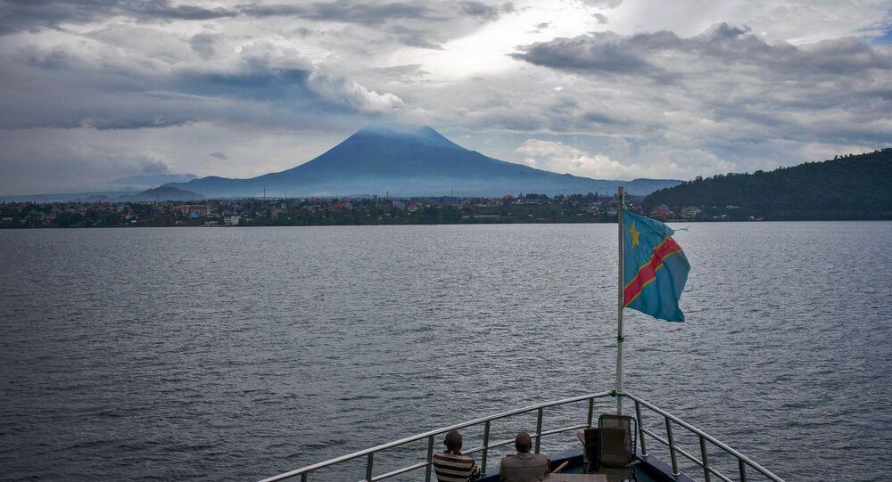Vulcão Nyiragongo visto do lago Kivu, na República Democrática do Congo