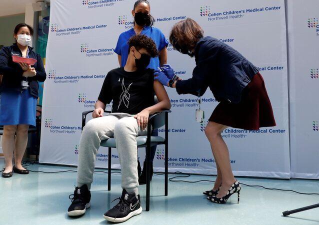 Paciente recebe dose da vacina Pfizer/BioNTech contra a doença do SARS-CoV-2 (COVID-19) em centro médico de Nova York, EUA, 13 de maio de 2021