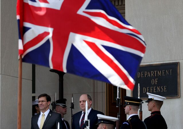 Secretário de Estado da Defesa britânico, Ben Wallace, durante visita ao Petágono, 5 de março de 2020, em fundo de bandeira do Reino Unido