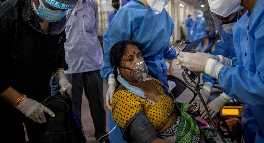 Em Nova Deli, capital da Índia, uma paciente de COVID-19 recebe atendimento em uma unidade de emergência, em 29 de abril de 2021