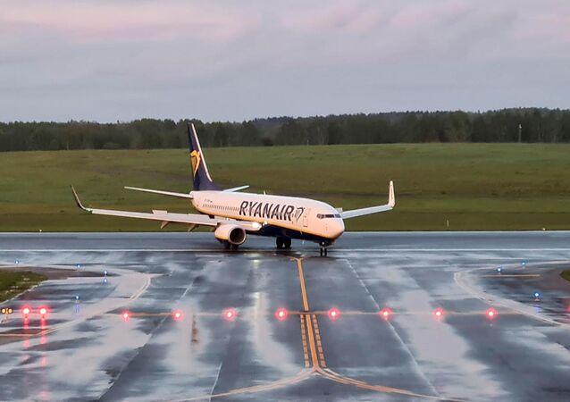 Em Vilnius, na Lituânia, uma aeronave da companhia aérea Ryanair manobra no aeroporto local após fazer um pouso de emergência em Belarus, em 23 de maio de 2021