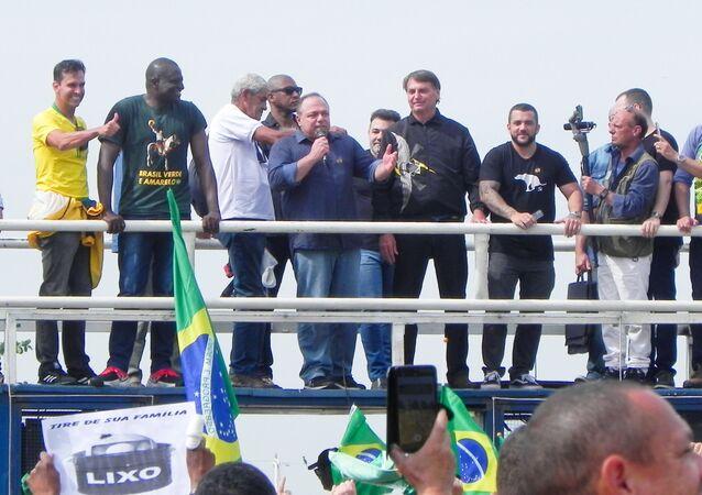 O ex-ministro da Saúde Eduardo Pazuello participa no Rio de Janeiro, sem máscara, ao lado de Jair Bolsonaro, de ato organizado por apoiadores do presidente