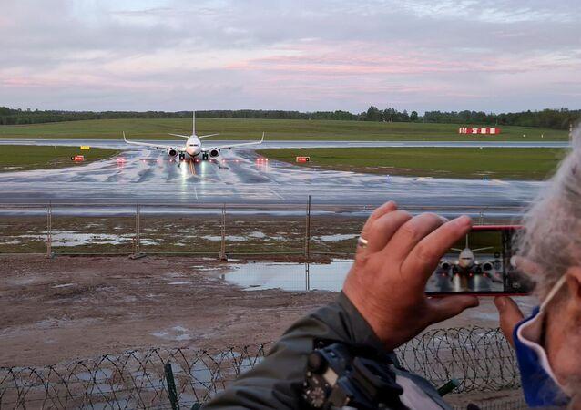 Avião da Ryanair faz pouso de emergência em Minsk, onde as autoridades prenderam o blogueiro Roman Protasevich