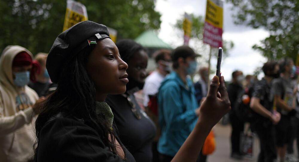 Sasha Johnson, do movimento Black Lives Matter, participa de um protesto no Hyde Park, em Londres.