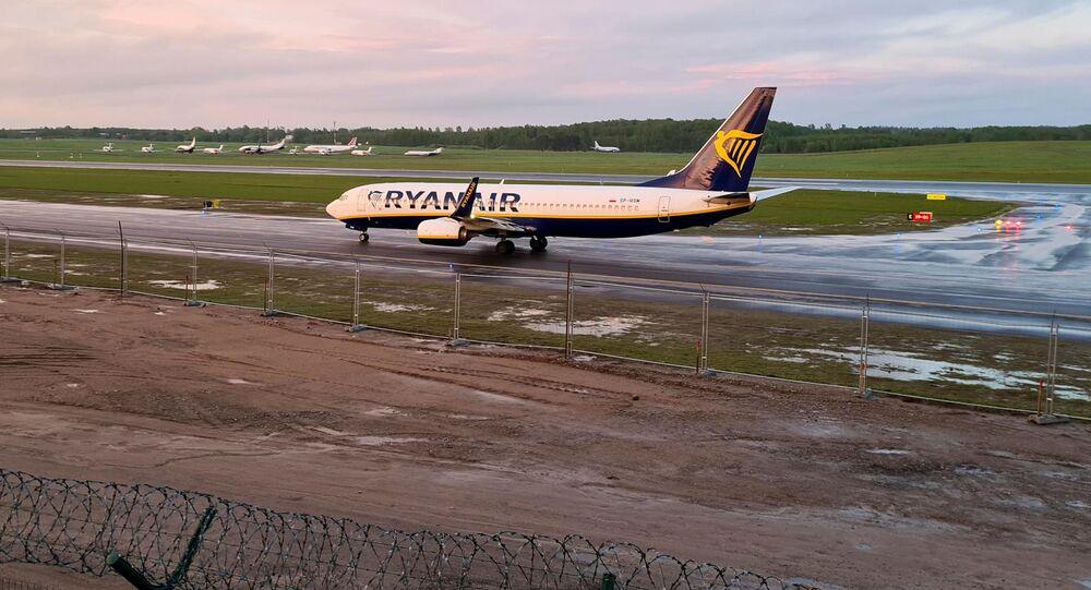 Avião da companhia aérea Ryanair, desviado para a Belarus, pousa no Aeroporto de Vilnius, Lituânia, 23 de maio de 2021