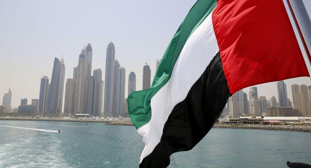 Bandeira dos Emirados Árabes Unidos hasteada em navio em Dubai Marina, Dubai, Emirados Árabes Unidos, 22 de maio de 2015