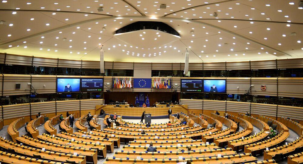 O presidente do Conselho Europeu, Charles Michel, e a presidente da Comissão Europeia, Ursula von der Leyen, durante sessão plenária do Parlamento Europeu, em Bruxelas, Bélgica, 26 de abril de 2021