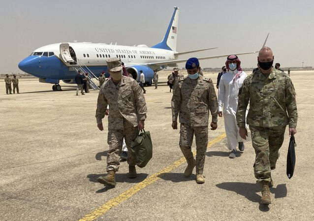 O general da marinha Frank McKenzie, principal comandante dos EUA para o Oriente Médio, à esquerda, chega a Riade, Arábia Saudita, no domingo, 23 de maio de 2021