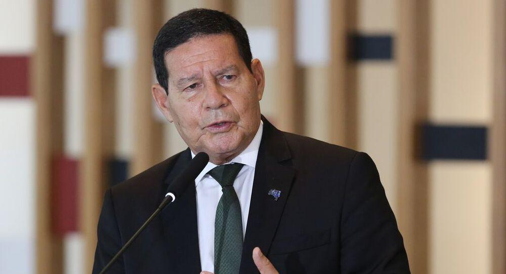 O vice-presidente da República, Hamilton Mourão, fala à imprensa, no Palácio Itamaraty em Brasília (03/11/2020)