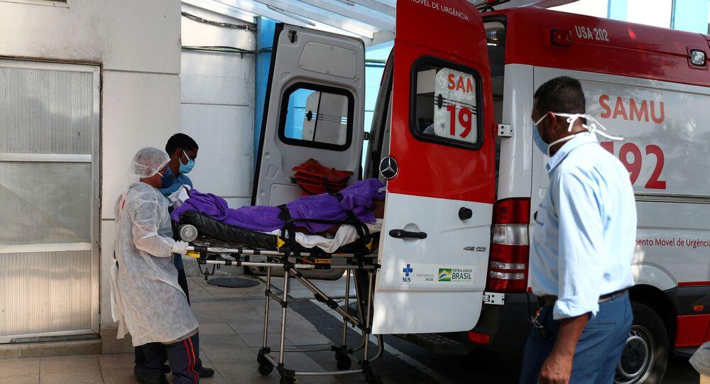 Em Duque de Caxias, na região metropolitana do Rio de Janeiro, um paciente chega a um hospital em meio à pandemia da COVID-19, em 20 de maio de 2021
