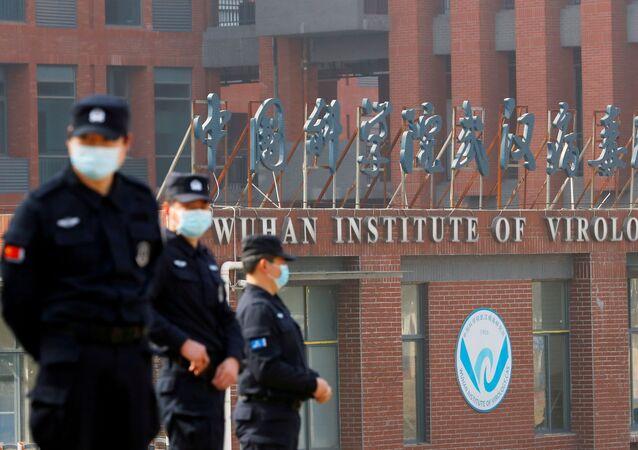 Seguranças vigiam o Instituto de Virologia de Wuhan, na província de Hubei, China. Foto de arquivo