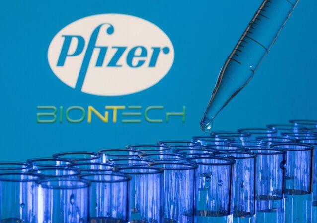 Tubos de testes são vistos na frente dos logotipos da Pfizer da BioNTech, 21 de maio de 2021