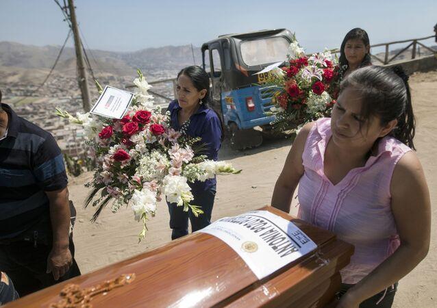Funeral de cinco pessoas da mesma família enterradas 29 anos após surto de cólera em 1991. Na época, as pessoas pegaram a doença enquanto estavam detidas pelo grupo guerrilho Sendero Luminoso, Lima, Peru, 7 de fevereiro de 2020