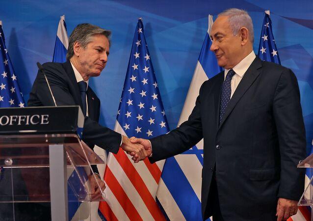O primeiro-ministro israelense Benjamin Netanyahu e o secretário de Estado dos EUA, Anthony Blinken, apertam as mãos enquanto dão entrevista coletiva conjunta em Jerusalém, em 25 de maio de 2021