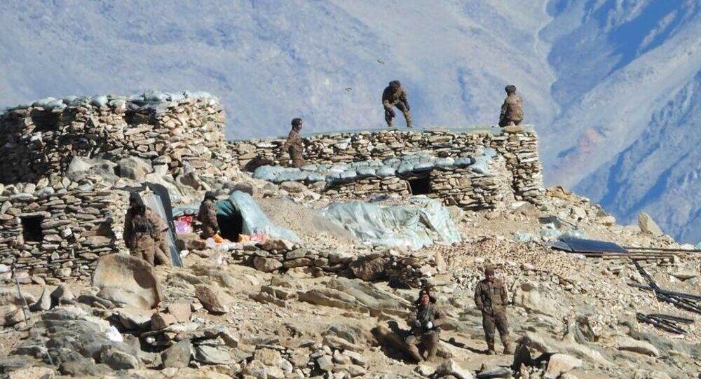 Esta fotografia mostra, de acordo com o Exército indiano, tropas chinesas desmontando seus bunkers na região de Pangong Tso, em Ladakh ao longo da fronteira Índia-China. Foto de arquivo