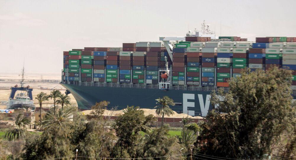 Navio Ever Given, um dos maiores porta-contêineres do mundo, após ter sido parcialmente desencalhado, no canal de Suez, Egito, 29 de março de 2021