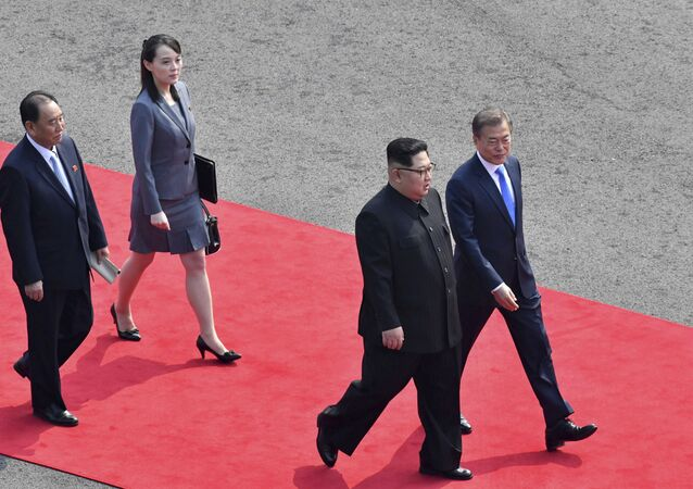 O líder norte-coreano Kim Jong-Un, segundo da direita, caminha com o presidente sul-coreano Moon Jae-in, à direita, seguido pela irmã de Kim, Kim Yo-Jong, segundo da esquerda, para realizar sua reunião em a aldeia fronteiriça de Panmunjom na Zona Desmilitarizada,  27 de abril de 2018