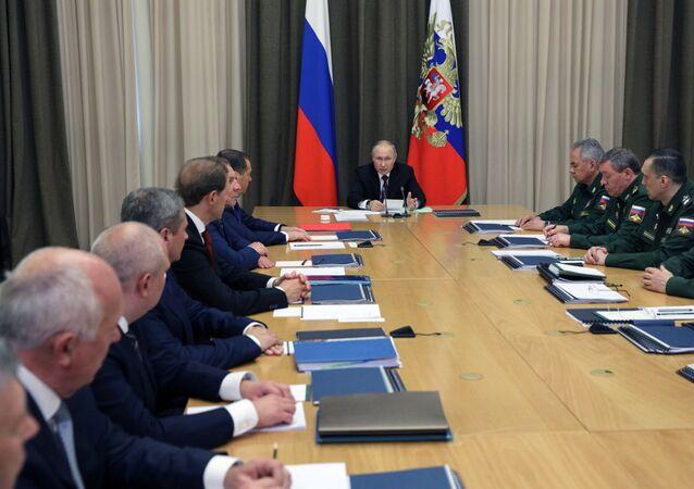 Presidente da Rússia na reunião com representantes do Ministério da Defesa russo e de empresas da indústria de defesa