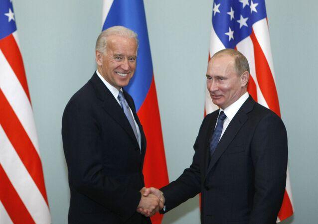 Joe Biden, vice-presidente dos EUA, aperta a mão de Vladimir Putin, primeiro-ministro da Rússia, em Moscou, Rússia, 10 de março de 2011