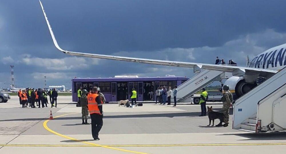 Pessoal do aeroporto e forças de segurança na pista em frente a um voo da Ryanair que foi forçado a pousar em Minsk, Belarus, 23 de maio de 2021