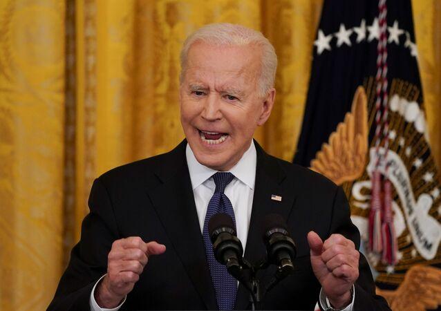 Em Washington, o presidente dos Estados Unidos, Joe Binden, gesticula enquanto discursa na Casa Branca em meio à pandemia da COVID-19, em 20 de maio de 2021