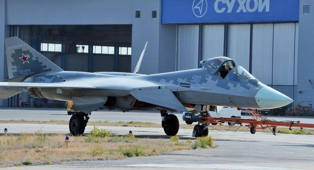 Em Akhtubinsk, na Rússia, um caça Su-57 de quinta geração é mostrado em um centro de testes do Ministério da Defesa da Rússia, 1º de outubro de 2020