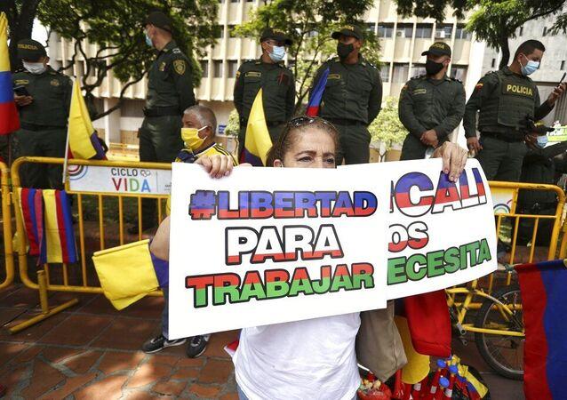 Mulher segura placa durante uma marcha silenciosa para apoiar o desbloqueio das principais vias de entrada e saída da cidade que foram bloqueadas por protestos antigovernamentais em Cali, Colômbia, terça-feira, 25 de maio de 2021