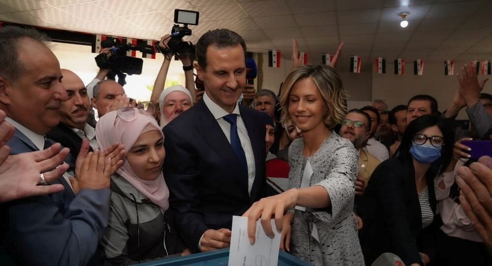 Asma, mulher do presidente sírio, Bashar Assad, vota durante as eleições presidenciais em Douma, na Síria, 26 de maio de 2021